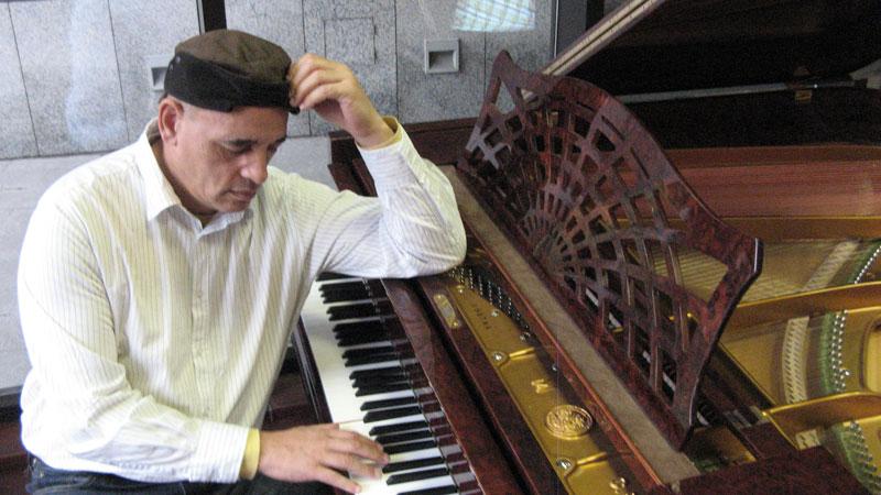 Victor_Christian_piano_3